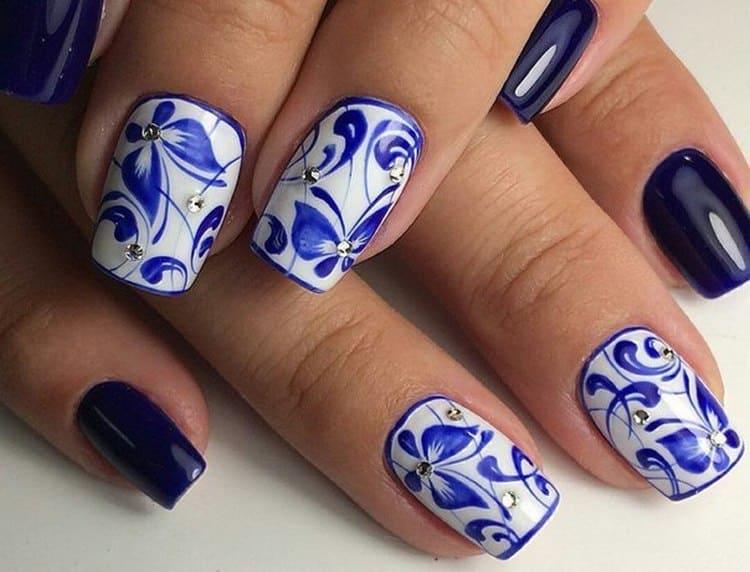 Посмотрите актуальный дизайн ногтей с синими цветами.