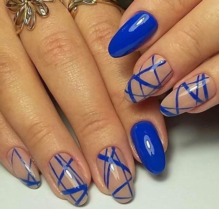 А вот еще красивый дизайн ногтей с синим лаком.