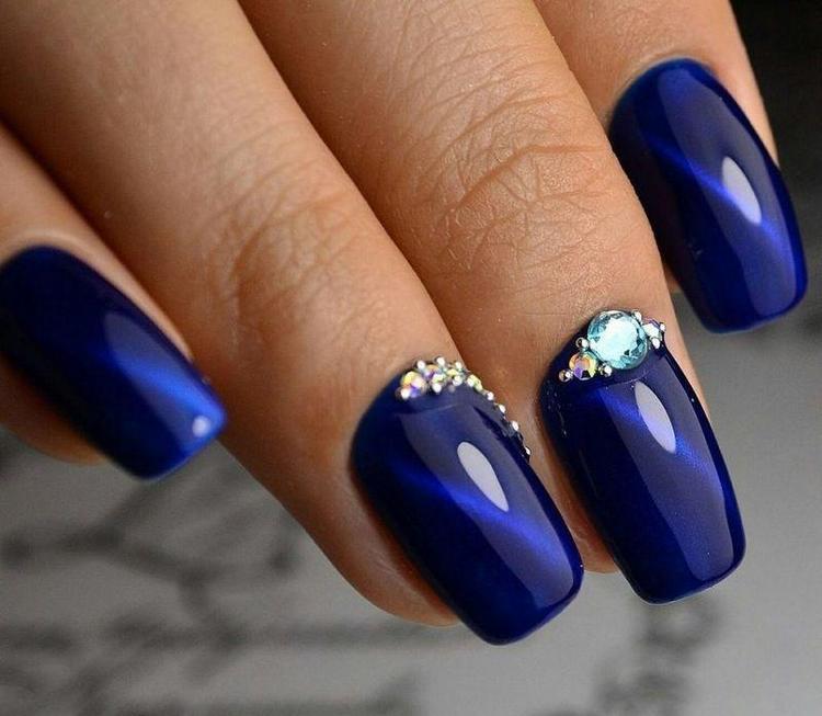 Модно выглядит дизайн ногтей синяя кошка с градиентом.