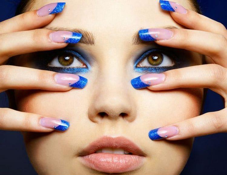 Синий маникюр можно удачно сочетать с таким же макияжем.