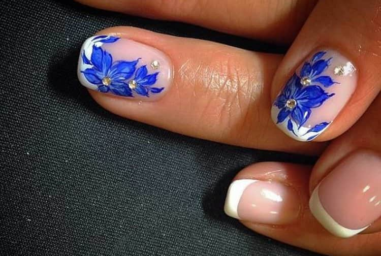 Можно синими цветочками выделить акцентный палец.