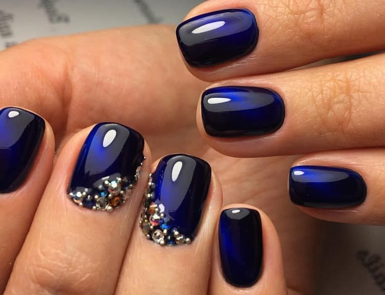 Такой дизайн ногтей с синим лаком подойдет для женщин средних лет.