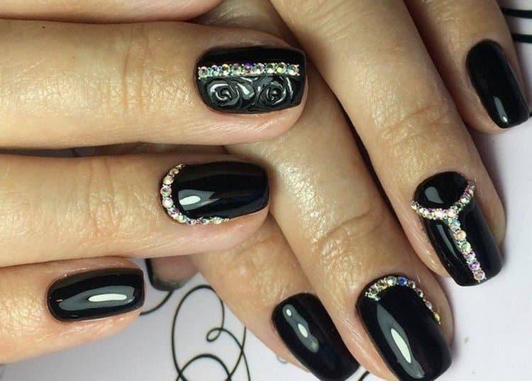 А вот фото черного дизайна ногтей со стразами.