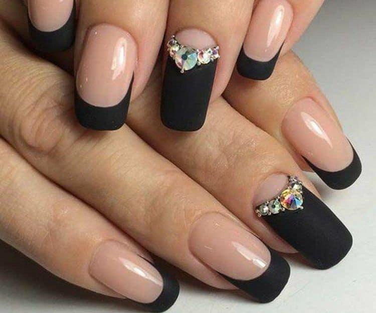 А вот еще один оригинальный дизайн черных ногтей со стразами.