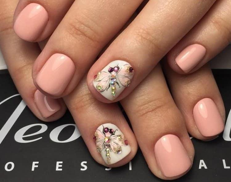 А вот красивый дизайн ногтей стрекоза со стразами.