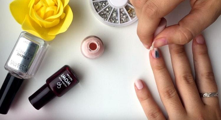 Покрываем ногти обычным лаком.