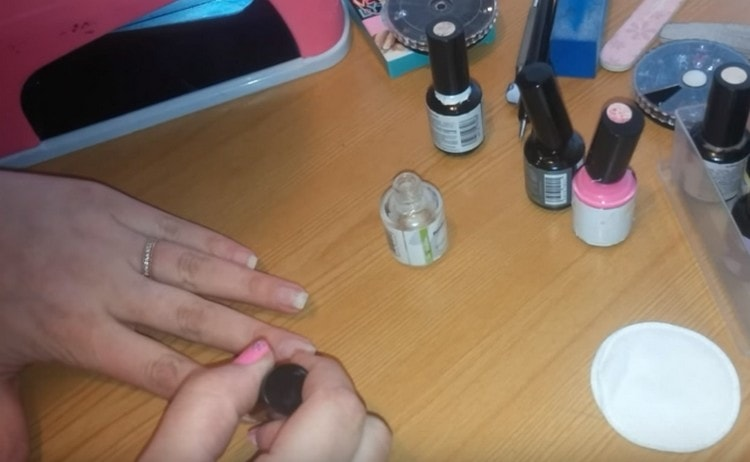 Покрываем обезжиренные ногти праймером.