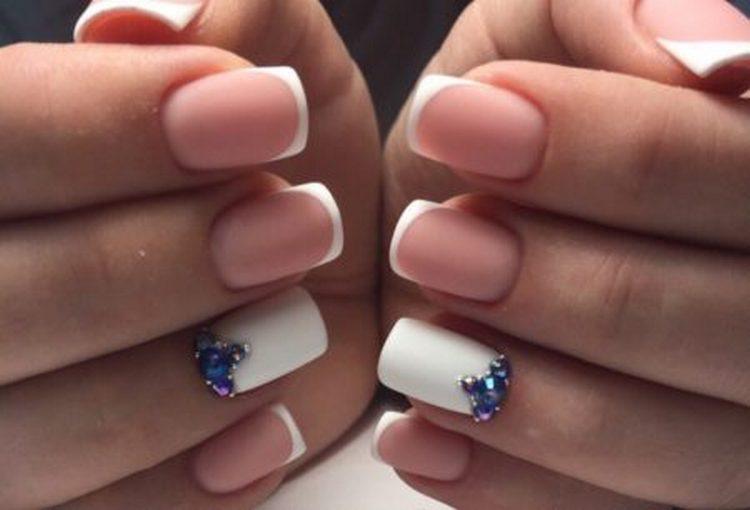посмотрите фото дизайна ногтей френч со стразами.