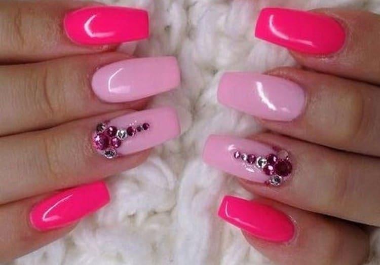 А вот дизайн розовых ногтей со стразами.