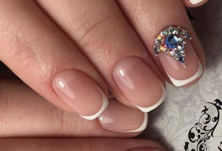 на этом фото роскошный дизайн ногтей со стразами Сваровски.