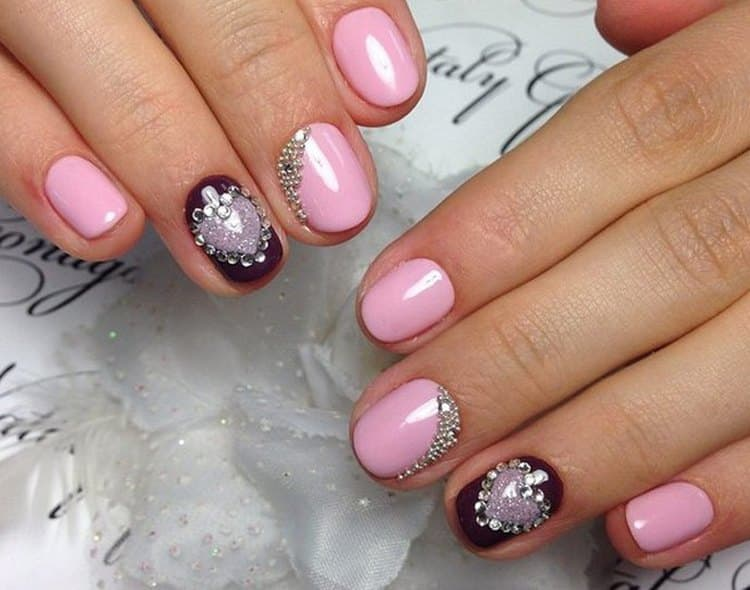 А вот фото дизайна ногтей со стразами и бульонками.