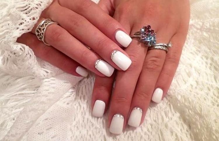 Дизайн белых ногтей со стразами всегда выигрышный.