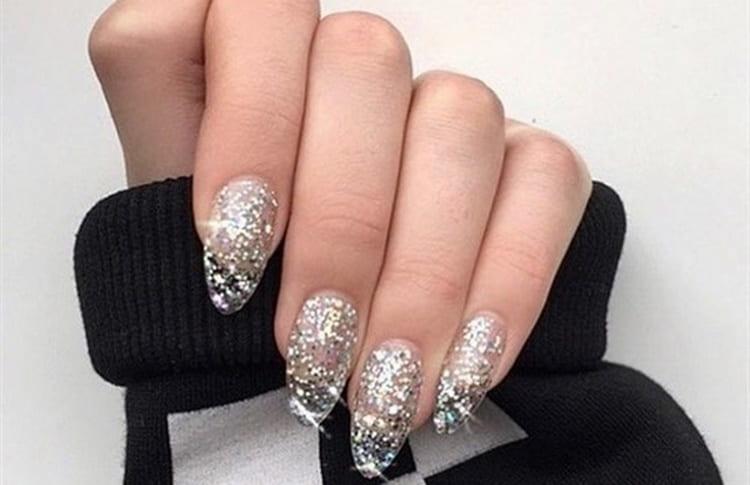 блестки на острых ногтях тоже смотрятся красиво.