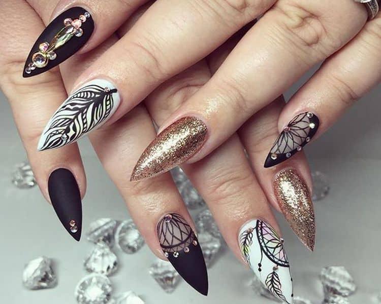 Белые острые ногти можно украсить рисунком пера.