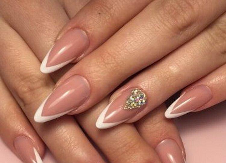 нежный дизайн острых ногтей тоже актуален, особенно для свадьбы.