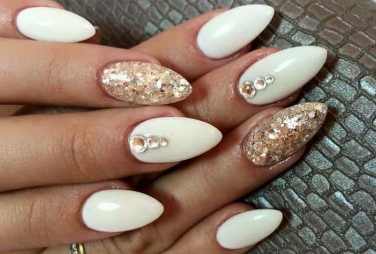 Посмотрите также новинки дизайна острых ногтей с блестками.