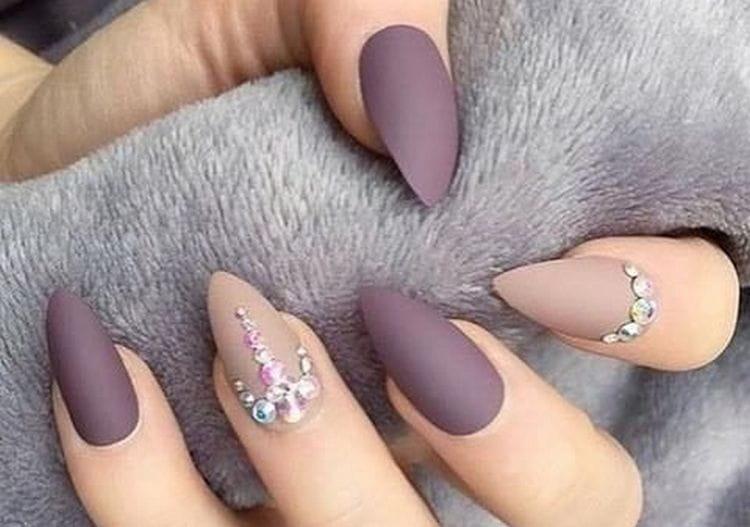 на матовом фоне ногтей красиво выглядят также стразы.