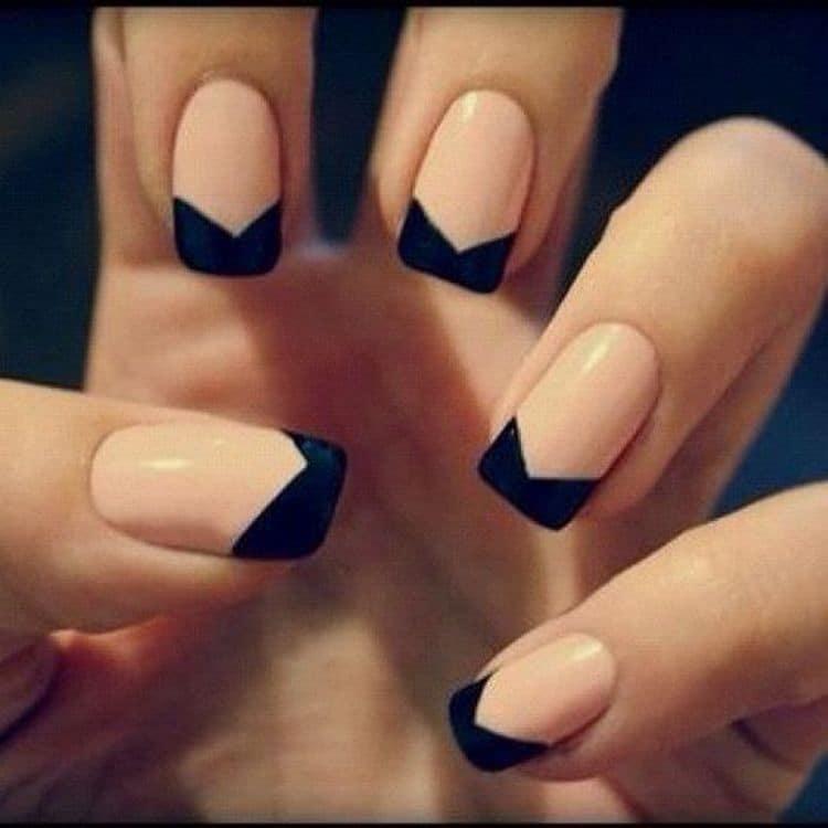 А вот оригинальный черный френч на короткие ногти.