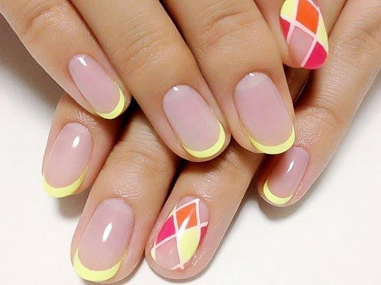 Стильно выглядит и яркий френч на коротких ногтях.