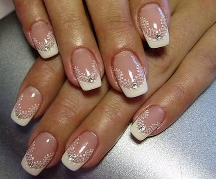 свадебный френч на короткие ногти станет идеальным решением для невесты, которая не хочет, например, их наращивать.
