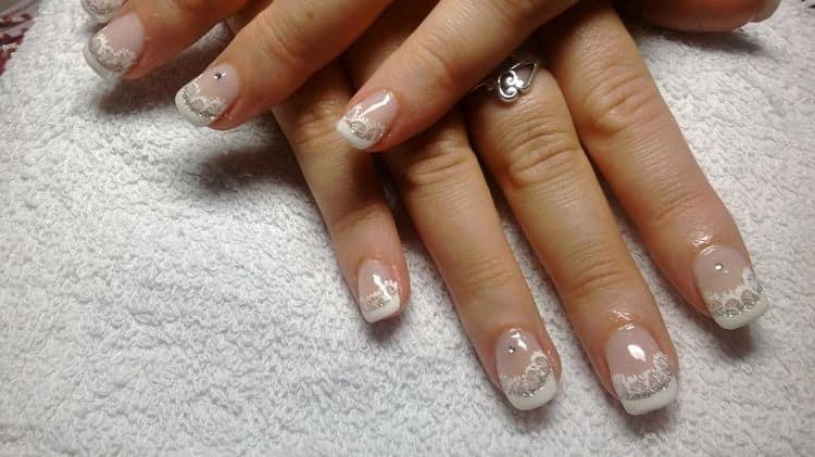 Посмотрите фото дизайна френча шеллаком на коротких ногтях.