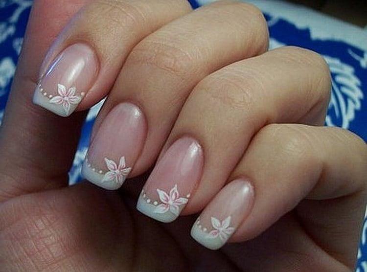 Посмотрите на фото дизайн ногтей белый френч с рисунком.