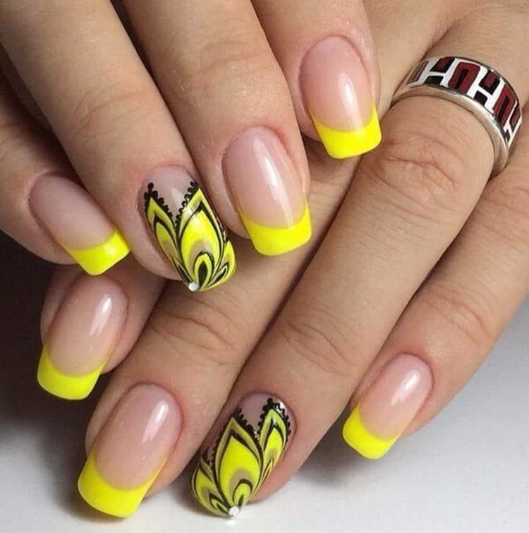 акцентный палец в этом желтом френче выделен очень стильно.