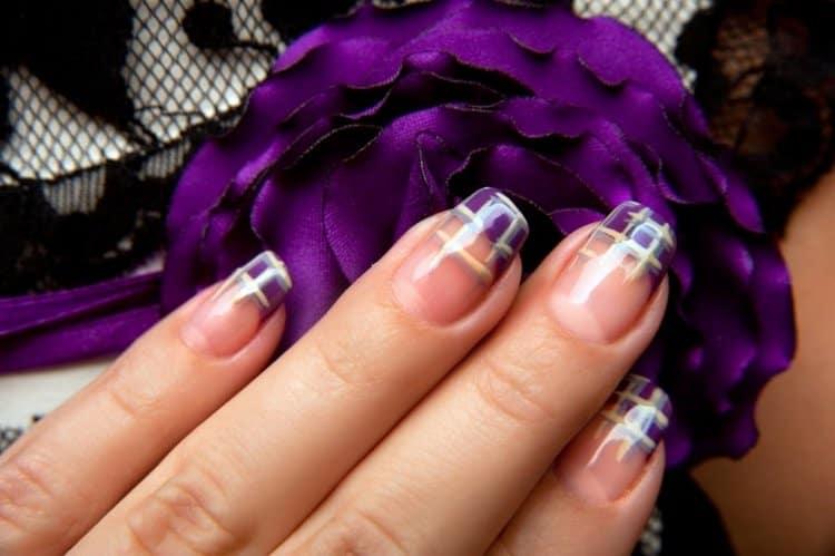 А вот стильный фиолетовый вариант французского маникюра.