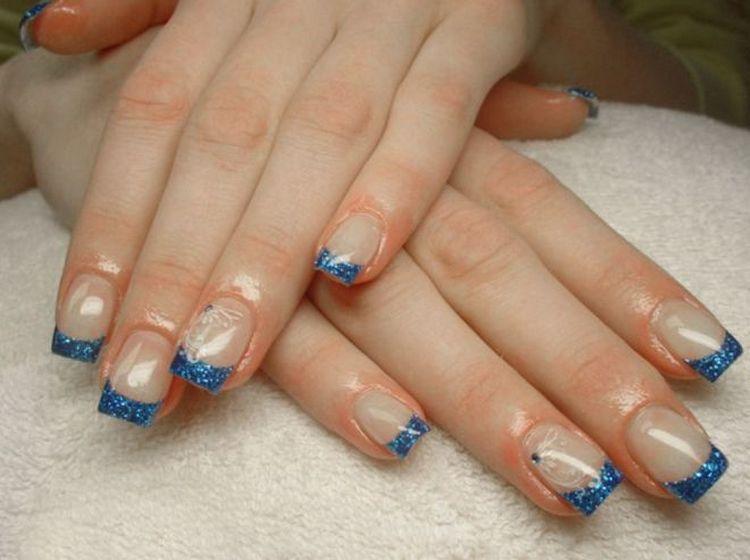 Модные синие блестки сделают френч более ярким.
