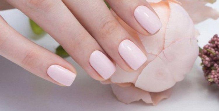 Посмотрите фото красивого покрытия гель-лаком на короткие ногти.