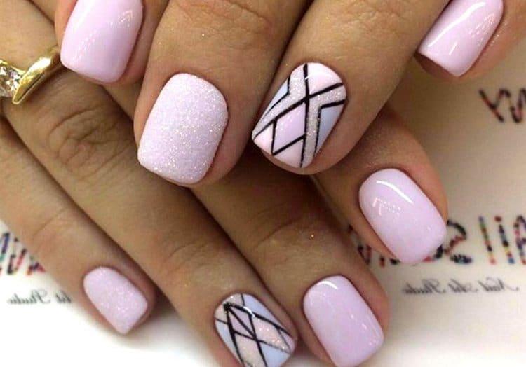 очень стильный и нежный розовый маникюр с геометрией.