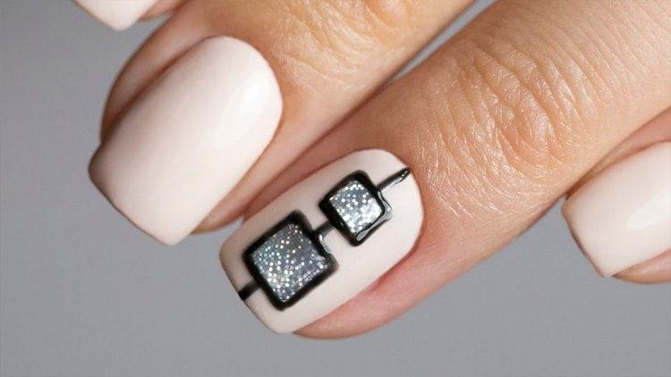 А вот очень стильная нюдовая геометрия на ногтях.