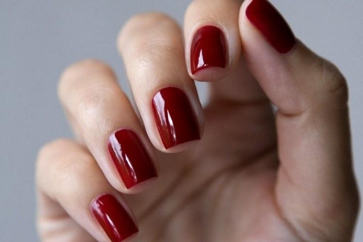 Стильно выглядит красный гель-лак на коротких ногтях.