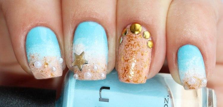 очень стильно выглядит сочетание голубого цвета на ногтях с имитацией песка.
