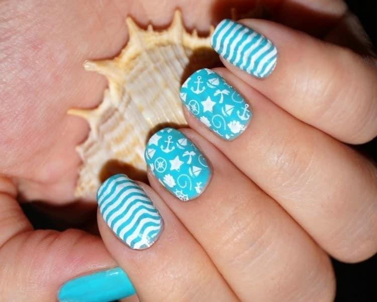 Еще один стильный вариант голубого морского маникюра.