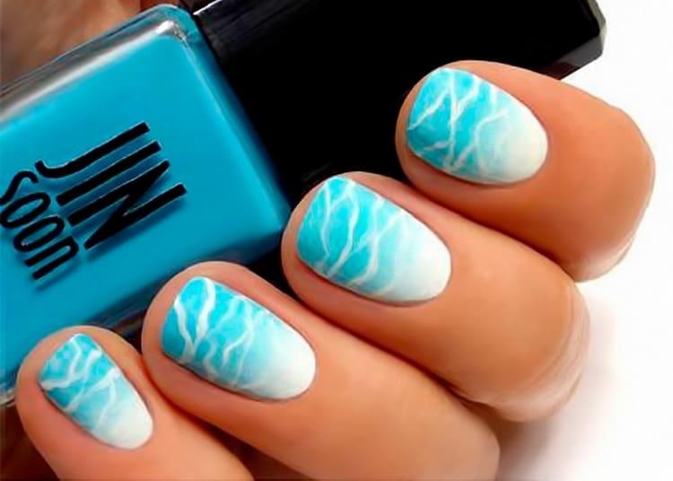 Такой дизайн ногтей с голубым лаком станет идеальным для морского отдыха.
