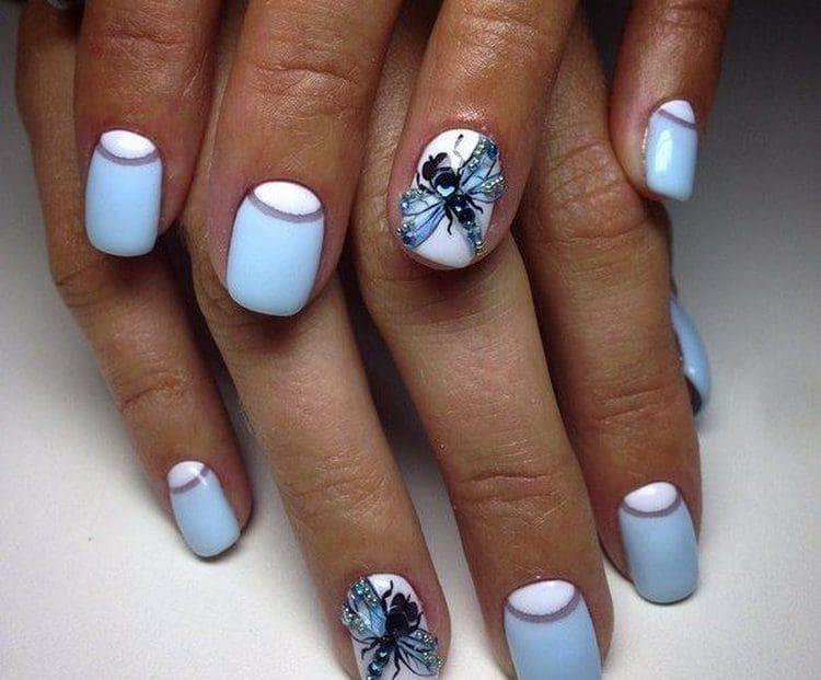 Посмотрите фото дизайна ногтей в голубых тонах.