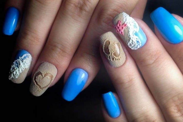 Песок на ногтях в сочетании с голубым станет идеальным маникюром на море.