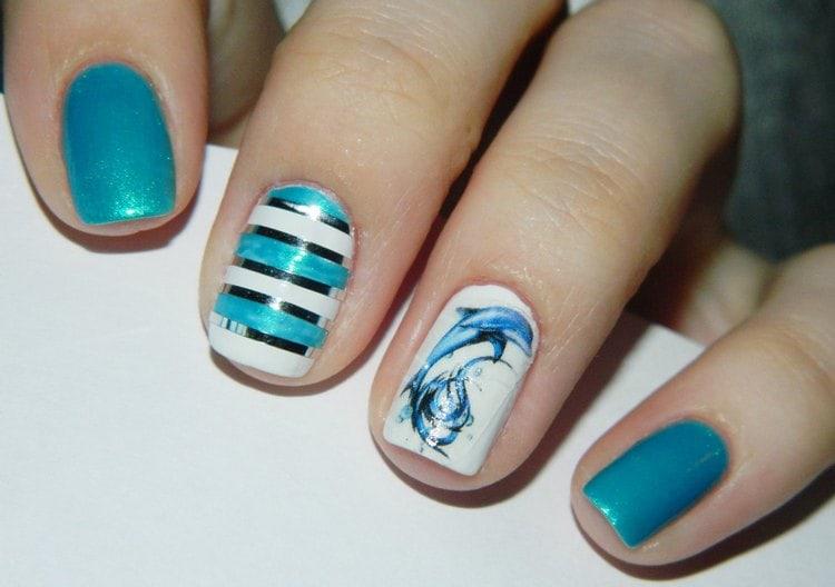 Изображение дельфина на акцентном ногте сделает морской маникюр оригинальным.