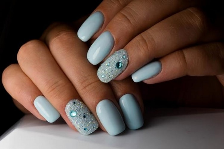 Светло-голубой дизайн ногтей можно дополнить стразами.