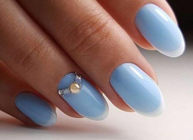 Нежный голубой и стразы на акцентном пальце выглядят очень стильно.
