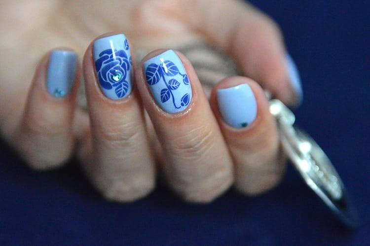 Дизайн ногтей на голубом фоне с рисунками тоже позволяет жкспериментировать