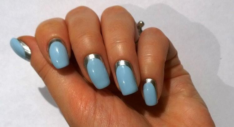 А вот стильный дизайн ногтей голубой с серебром.