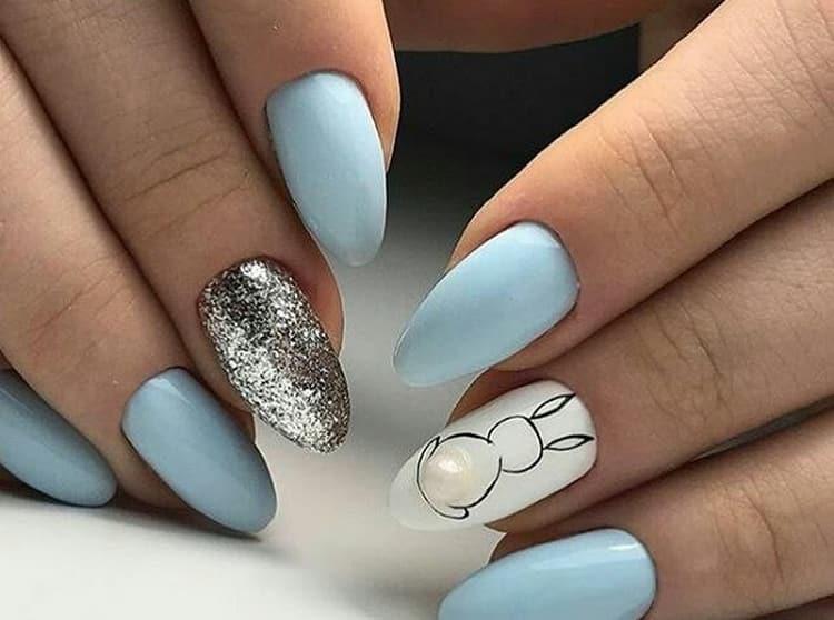 Для маникюра с рисунками в голубых тонах хорошо подойдет серебро.