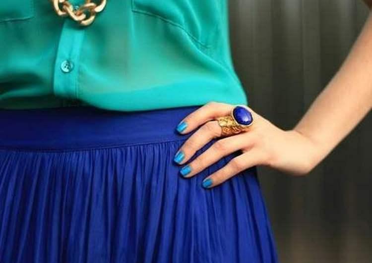 Голубой дизайн ногтей хорошо сочетается с многими украшениями и одеждой.