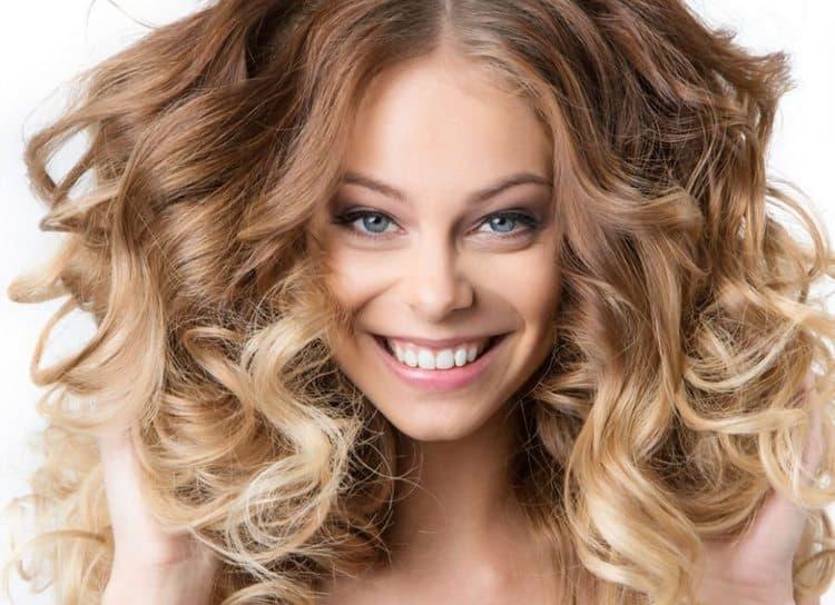 А на этом фото можно увидеть крупную химию на средние волосы.