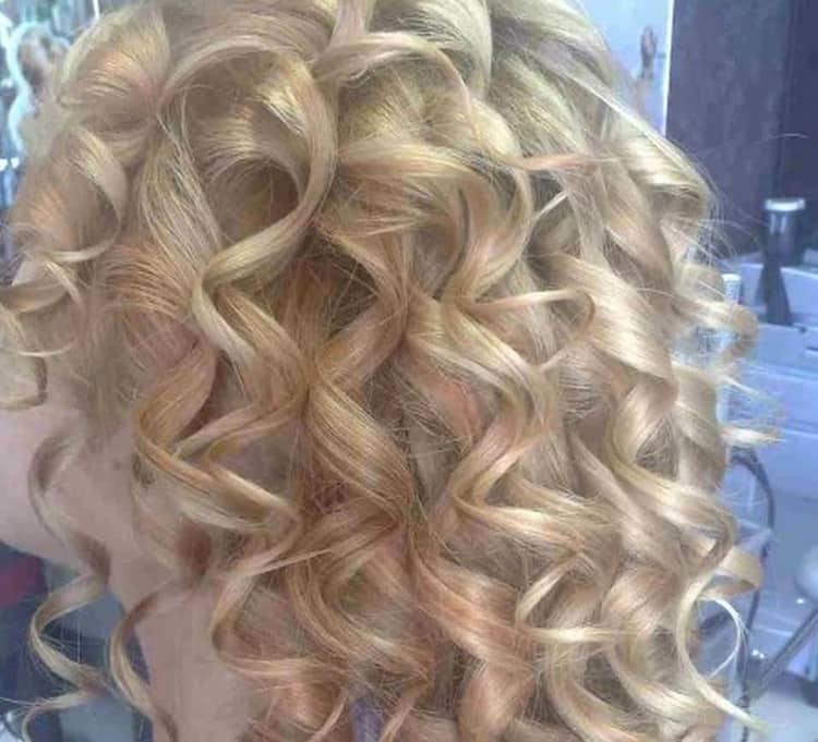Красиво выглядит вертикальная химия на средние волосы.