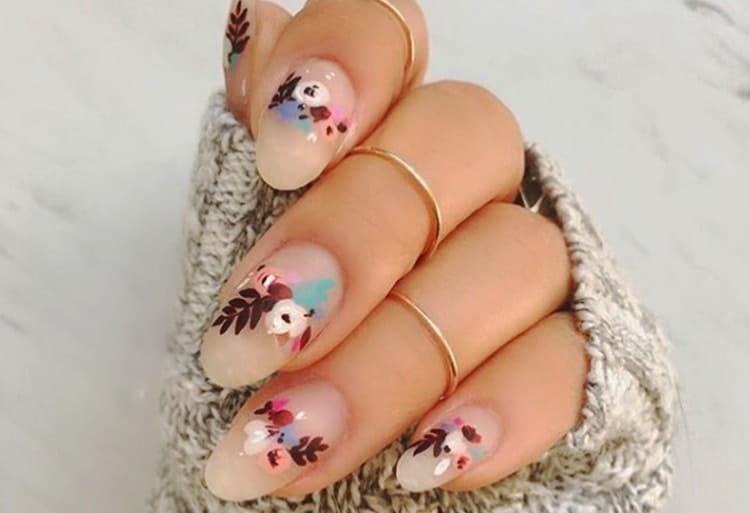 Такие нежные цветочки на прозрачных ногтях выглядят очень стильно.