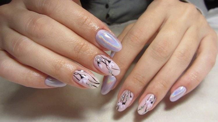 Красивые цветочки на акцентных пальцах.