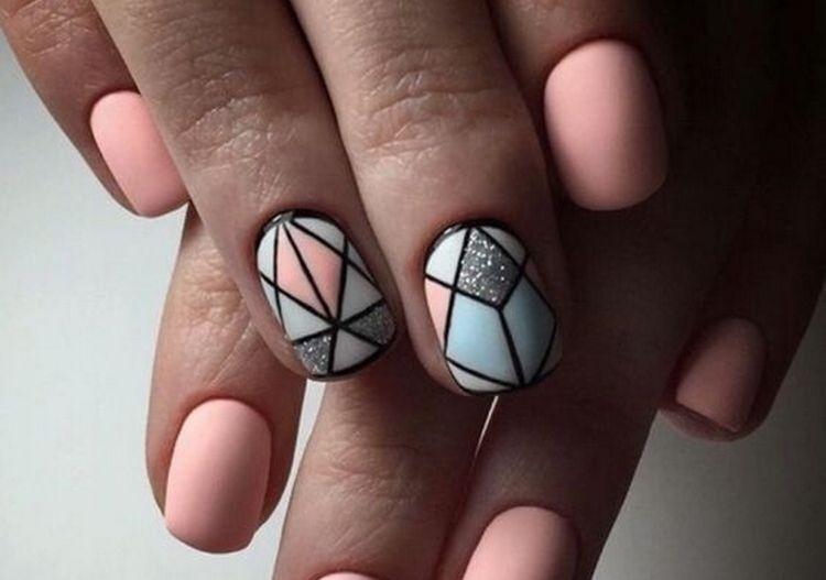 геометрия в сочетании с нюдовыми оттенками на ногтях очень стильно выглядит.